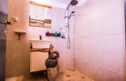 אתר וילה מצחיקולה | מקלחת מעוצבת
