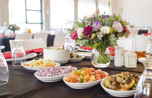 מסעדת אדמה - שולחן ערוך מלא בכל טוב