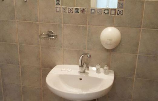 צל תמרים חדרי אירוח - כיור באמבטיה