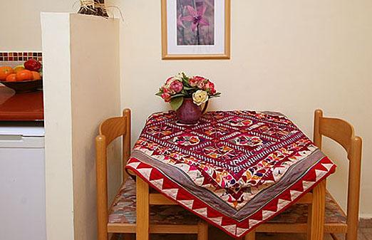 צימרים בקיבוץ מזרע - פינה בעמק  - שולחן מחוץ לחדר
