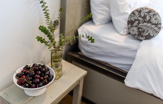 קיבוץ עין זיוון - לן בגולן - חדר שינה מפנק צילום: עדי פרץ