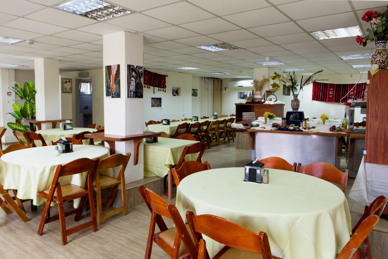 מלון נווה שלום - מסעדת המלון - אפיית פיתות בטאבון