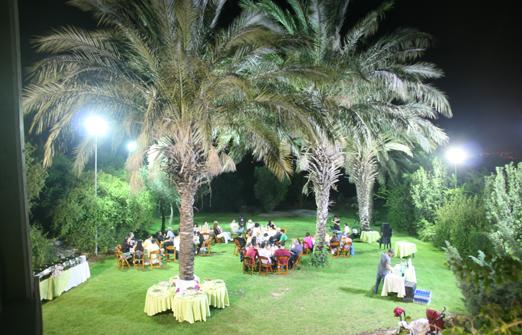 מלון נווה שלום - אירוע בחצר המלון