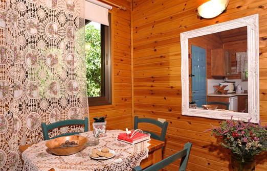 אשכולית בקתות עץ בפרדס - פינת אוכל