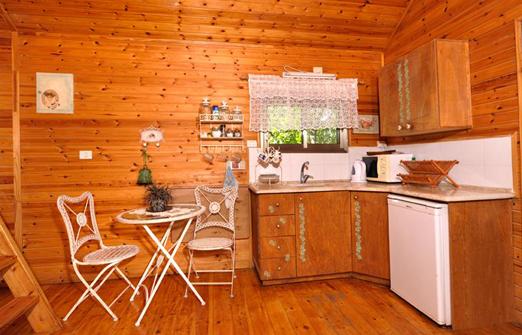 אשכולית בקתות עץ בפרדס - פינת אוכל ומטבחון