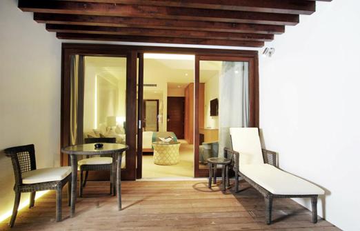 מלון נופש נחשולים - מרפסת עם מיטת שיזוף