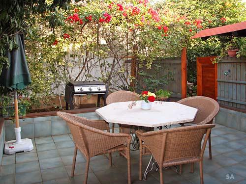 בקתת ירוק יער - פינת ישיבה בחצר