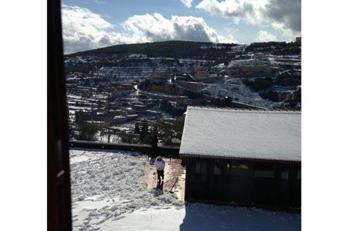 סמי המארח בשלג - שלג צחור