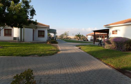 כפר נופש משאבים בקיבוץ משאבי שדה - חצר מטופחת