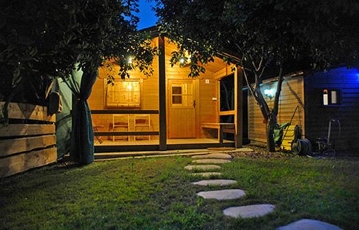 בית העץ wood house inn -החצר בלילה