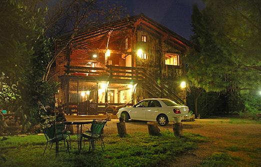 בית העץ wood house inn - בלילה