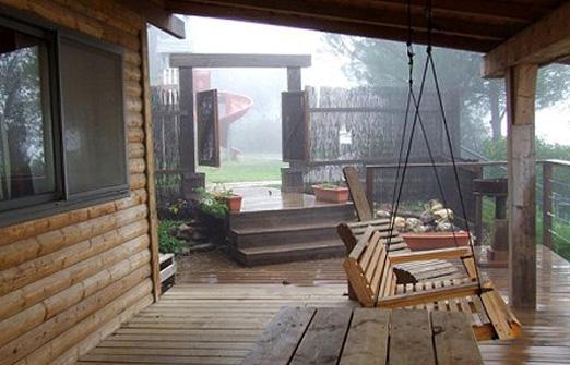 בקתות בערפל - נדנדה בחצר